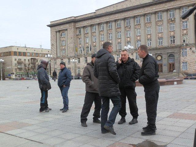 Біля Черкаської ОДА зібралась нечисленна акція на підтримку Пустовара (ФОТО) (фото) - фото 1