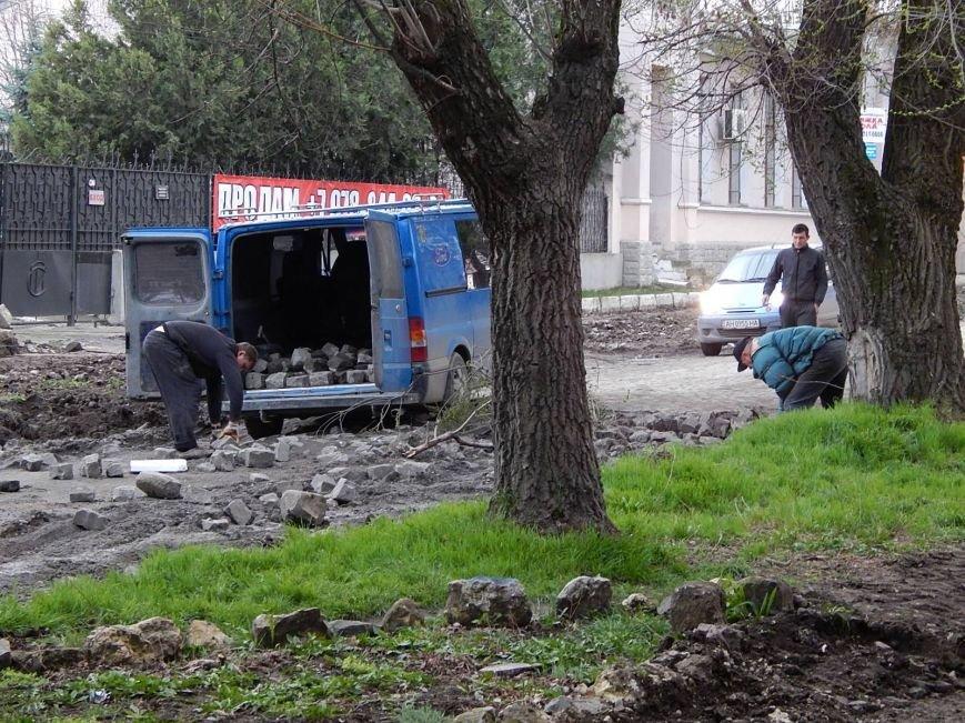 Мэрия Симферополя использует сорванную брусчатку в парках (ФОТО), фото-1