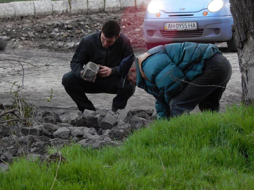 Мэрия Симферополя использует сорванную брусчатку в парках (ФОТО), фото-4