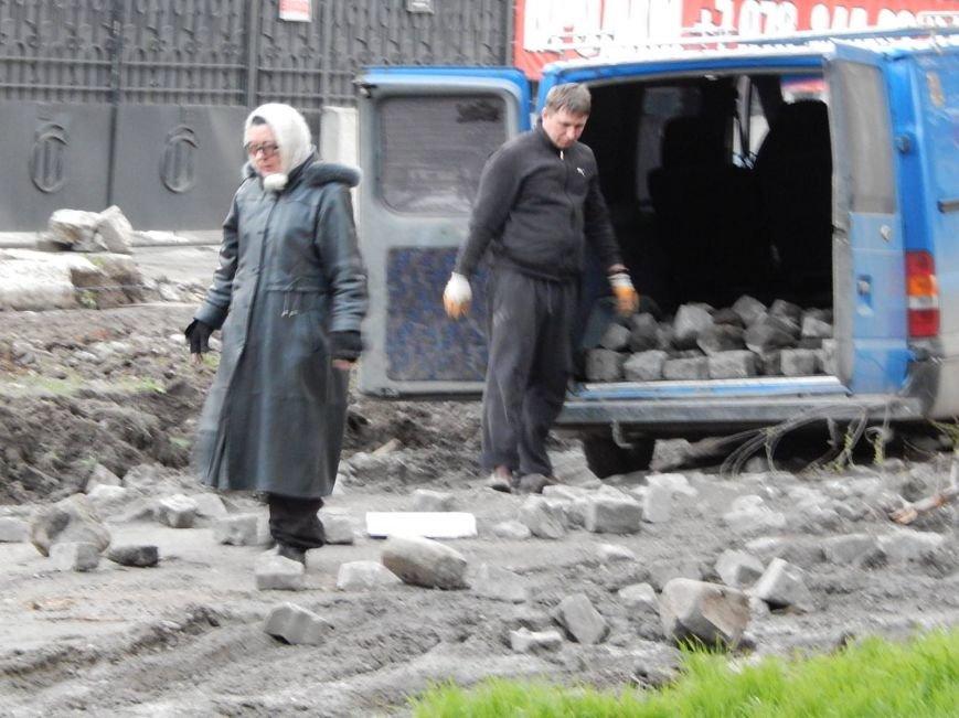Мэрия Симферополя использует сорванную брусчатку в парках (ФОТО), фото-2