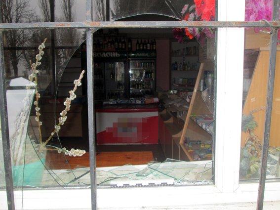 В Бердичевском районе воры вынесли с магазина колбасу и водку (фото) - фото 1
