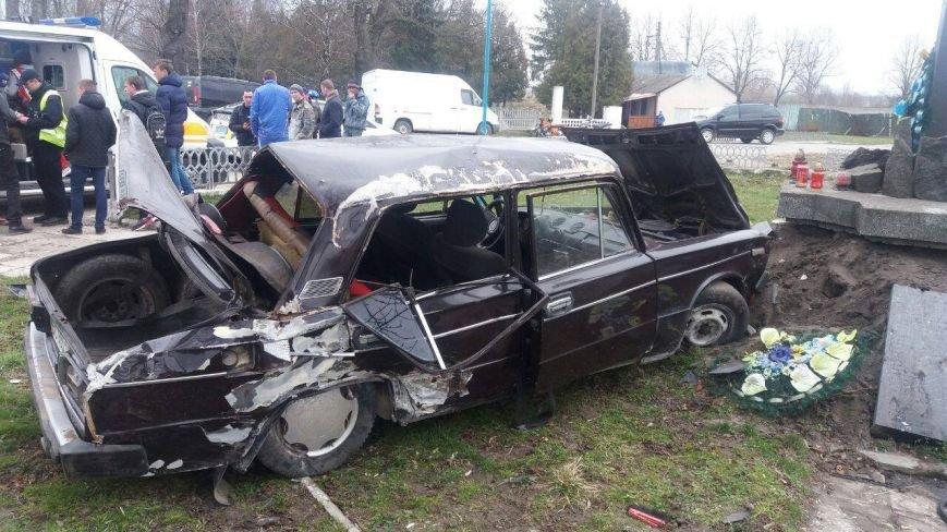 У селі Добросин автомобіль зніс огорожу та пошкодив пам'ятний хрест (ФОТО), фото-3
