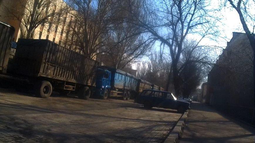 В центр Донецка под усиленной охраной прибыло около двадцати груженых КамАЗов (фото) - фото 1