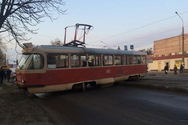 На Морозова трамвай развернуло поперек дороги (ФОТО) (фото) - фото 1