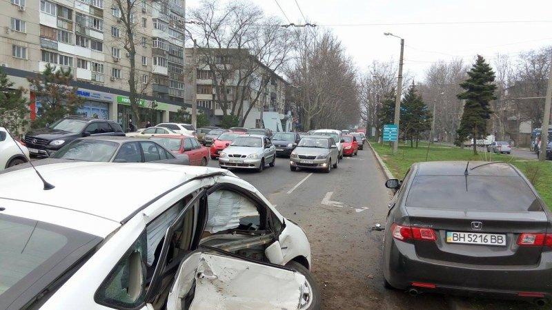 d74f9eee06c7ab27769e23468234cff3 В Одессе на Фонтане произошла массовая авария