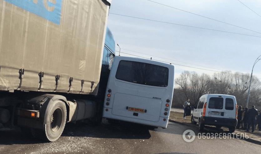 В Голосеевском районе маршрутка с пассажирами столкнулась с грузовиком (ФОТО) (фото) - фото 1