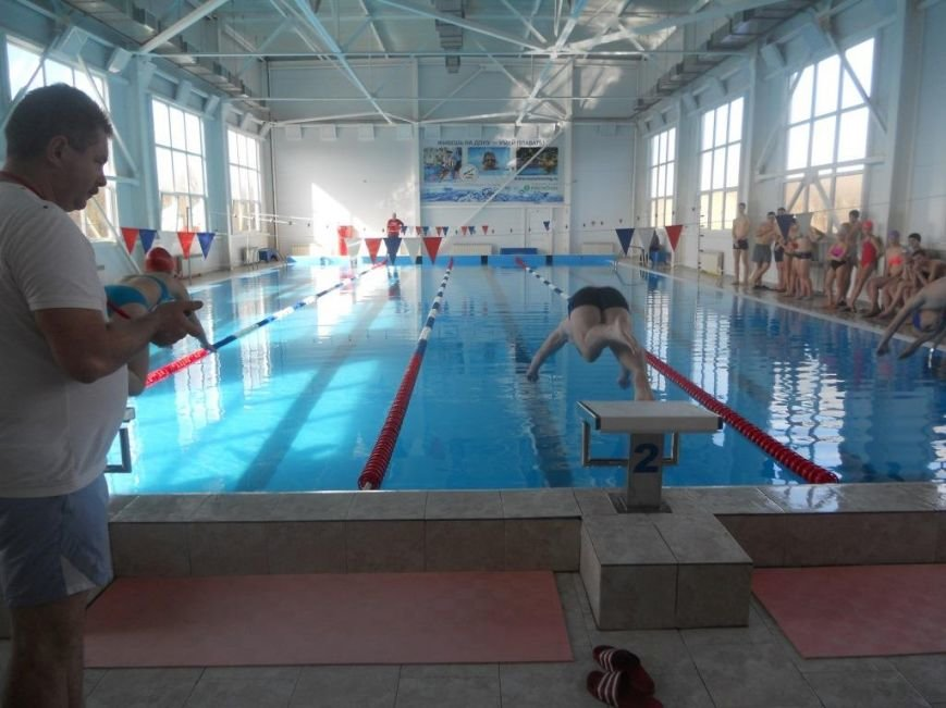 В марте выпускники 11-х классов Новошахтинска продолжили тестирование норм ГТО (фото) - фото 1