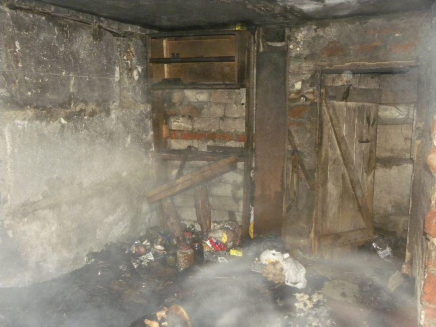 В подвале Черниговской девятиэтажи чуть не сгорел бездомный мужчина (фото) - фото 1