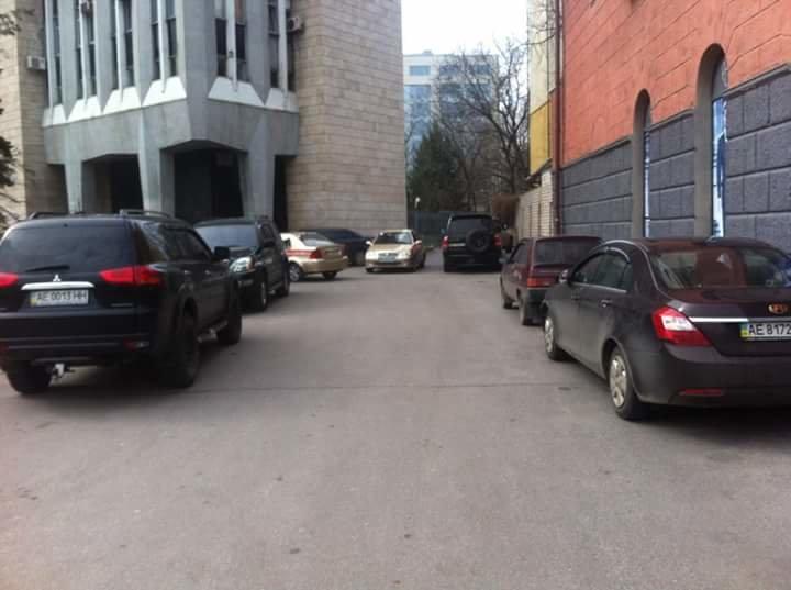 Перед Днепропетровским горсоветом образовалась стихийная парковка (ФОТО) (фото) - фото 1