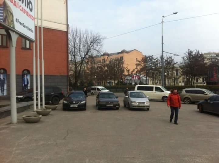 Перед Днепропетровским горсоветом образовалась стихийная парковка (ФОТО) (фото) - фото 5