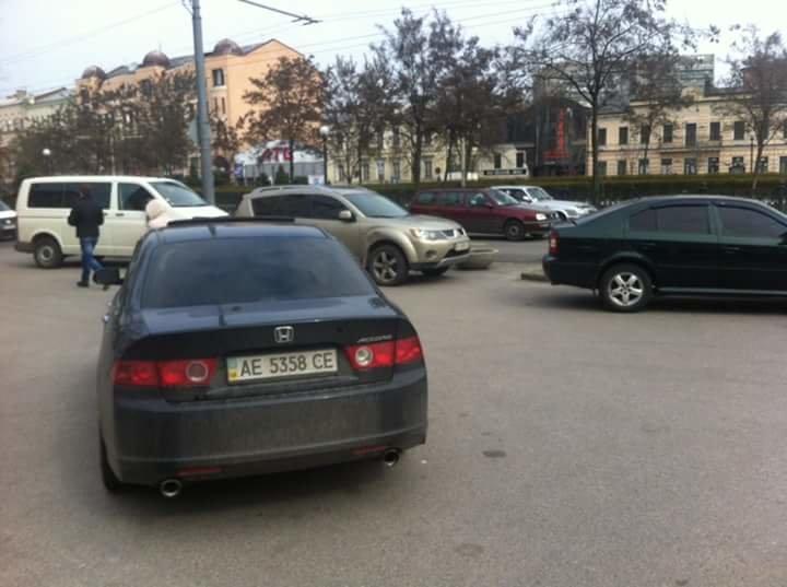 Перед Днепропетровским горсоветом образовалась стихийная парковка (ФОТО) (фото) - фото 6