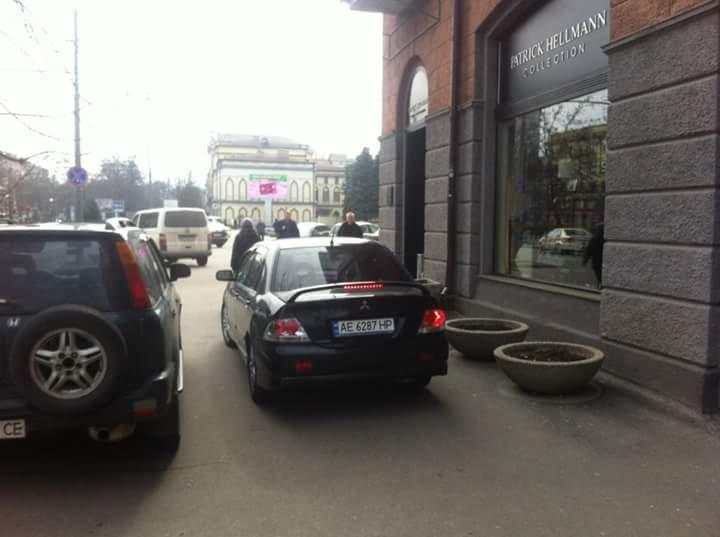Перед Днепропетровским горсоветом образовалась стихийная парковка (ФОТО) (фото) - фото 2