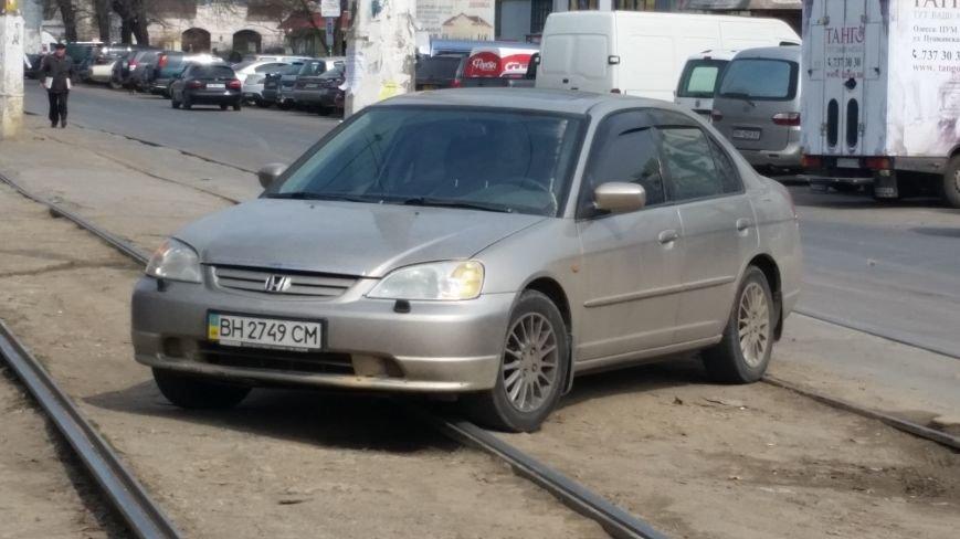 """eca05861b2214335634fb9d7ada7760b Одессит обстоятельно припарковался на трамвайных линиях. А """"рогатые"""" пусть объезжают"""