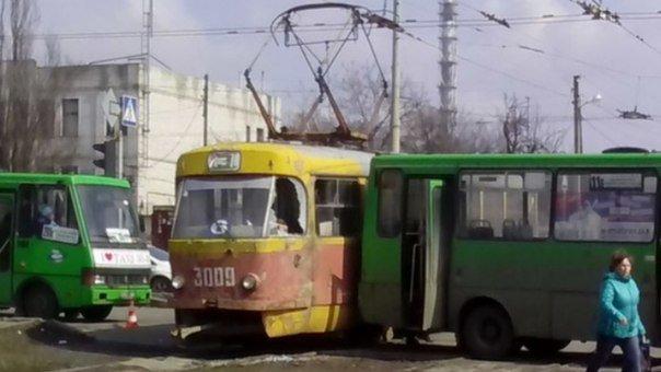 В Харькове маршрутка протаранила трамвай (ФОТОФАКТ) (фото) - фото 1