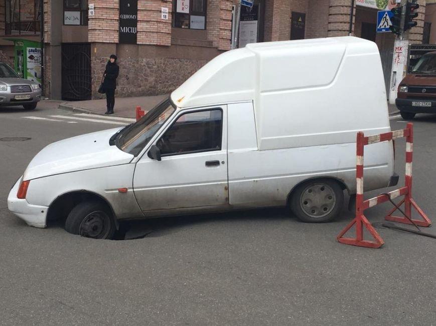 В центре Киев под автомобилем провалился асфальт (ФОТОФАКТ) (фото) - фото 1