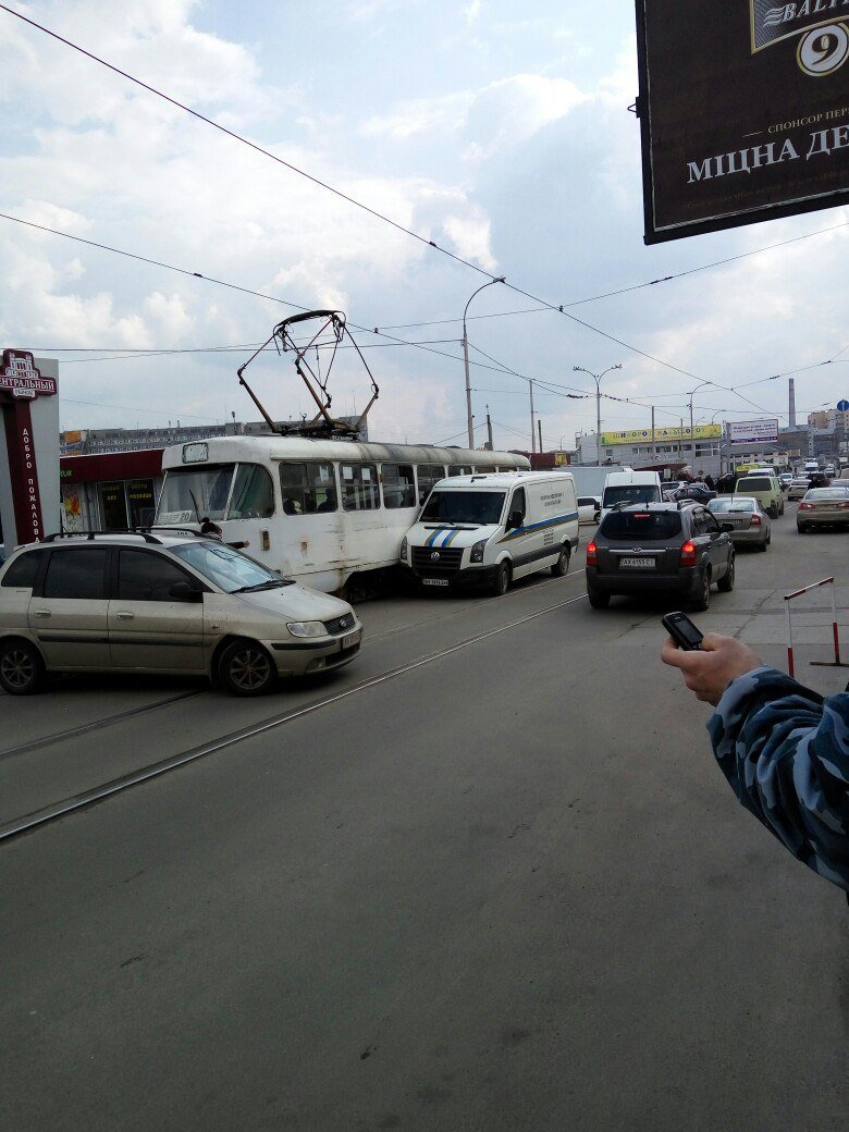 В Харькове инкассаторы протаранили трамвай (фото) - фото 1