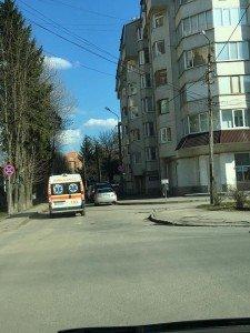 Халатно припарковані автомобілі у Тернополі перешкоджають проїзду швидкої допомоги (фото) (фото) - фото 1