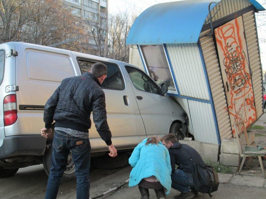541f31d7e2b8dd941c5f2089059318e8 На одесских Черемушках машина от удара врезалась в будку охранников