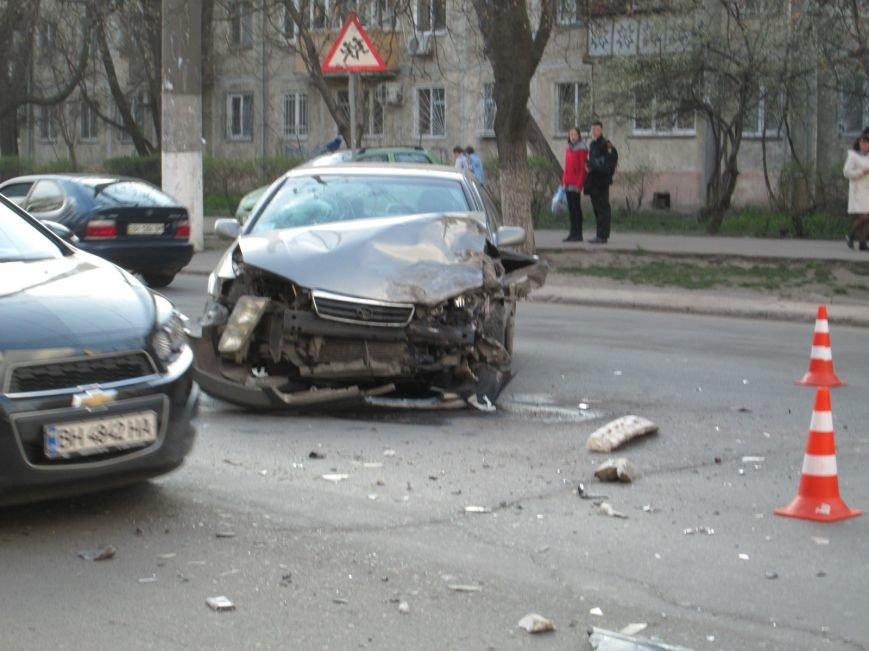 6facce481e7b92993221f91ab5504a30 На одесских Черемушках машина от удара врезалась в будку охранников