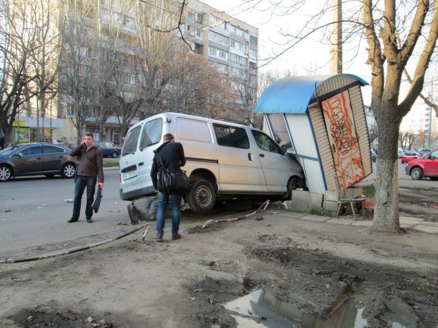 bc886fea06b4e46d17deb18ab9ff1220 На одесских Черемушках машина от удара врезалась в будку охранников