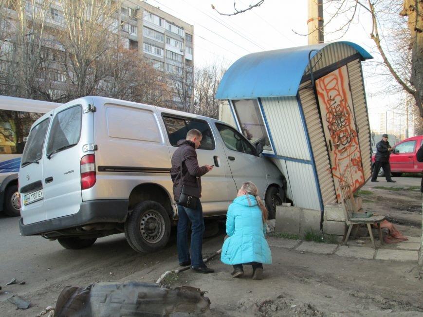 ea1cc9121b478fc8eb8bf71ac9495d06 На одесских Черемушках машина от удара врезалась в будку охранников