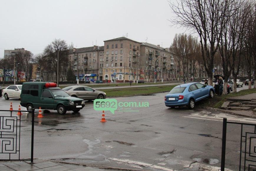 В Днепродзержинске произошло ДТП на пересечении проспектов Свободы и Аношкина (фото) - фото 1