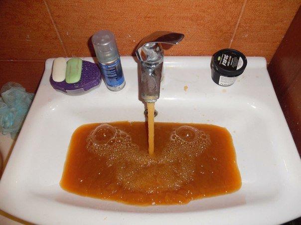 В Днепропетровске из крана течет непонятная и вонючая жидкость (ФОТО) (фото) - фото 1