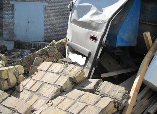 На киевском предприятии обвалилась стена, один человек погиб (ФОТО) (фото) - фото 2