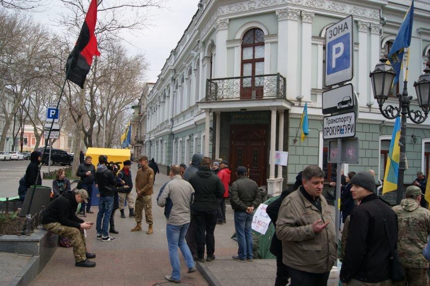Шины, баррикады, палатки: Одесситы обещают не пустить прокурора Стоянова даже на порог (ФОТОРЕПОРТАЖ) (фото) - фото 1