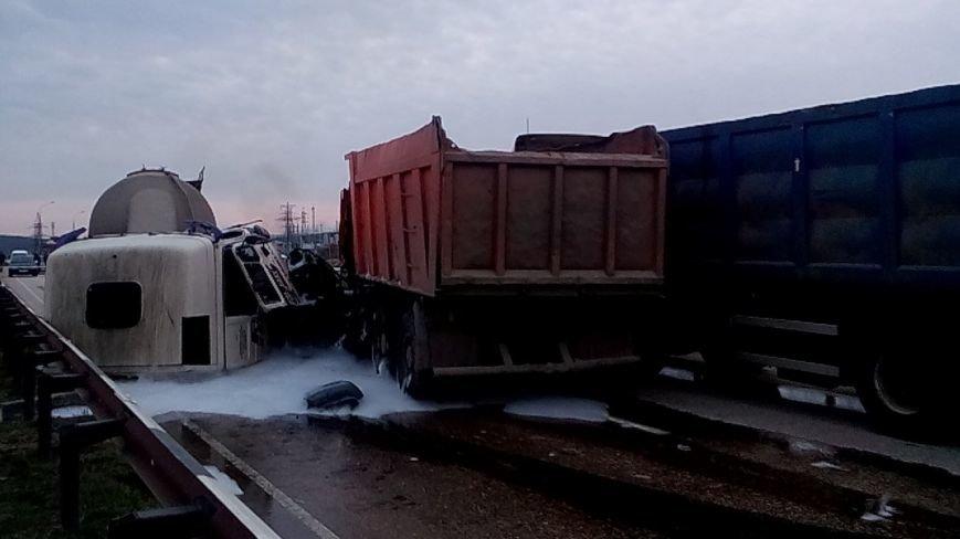 Гонки грузовиков трассе Ялта - Севастополь: при обгоне одного другим, у третьего оторвало кабину (фото) - фото 1