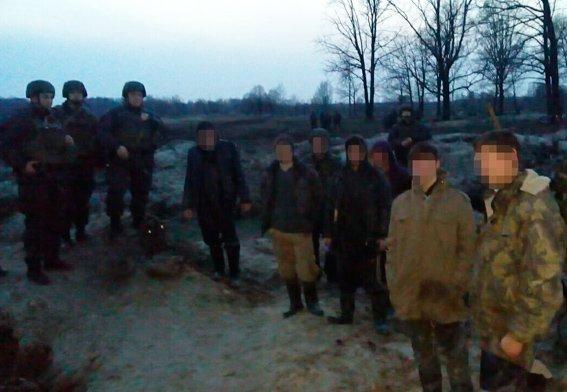 За минувшую ночь полиция и нацгвардейцы задержали 15 старателей-нелегалов на Олевщине (фото) - фото 1