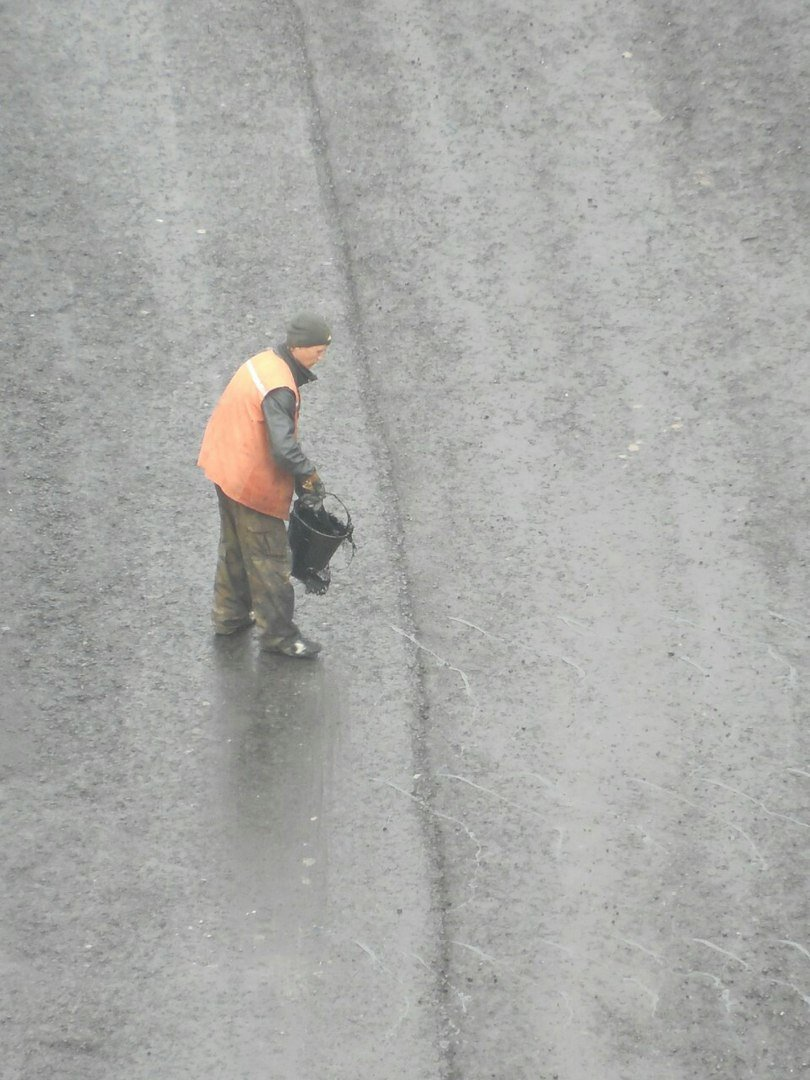 В Кривом Роге, используя новые технологии, укладывают асфальт под дождем (ФОТО) (фото) - фото 1