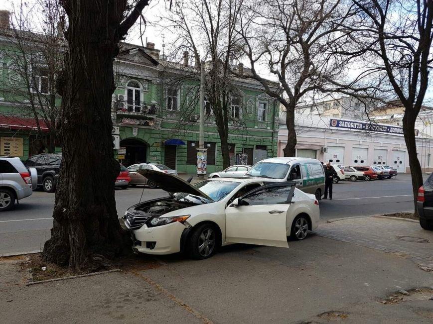 "3a1e054648157dbccac50f2e48d4f711 В центре Одессы водитель иномарки ""впечатался"" в дерево"