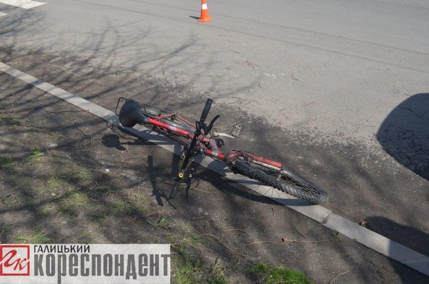 Уникаючи наїзду на велосипедиста, автомобіль заїхав у дерево. Фото (фото) - фото 2