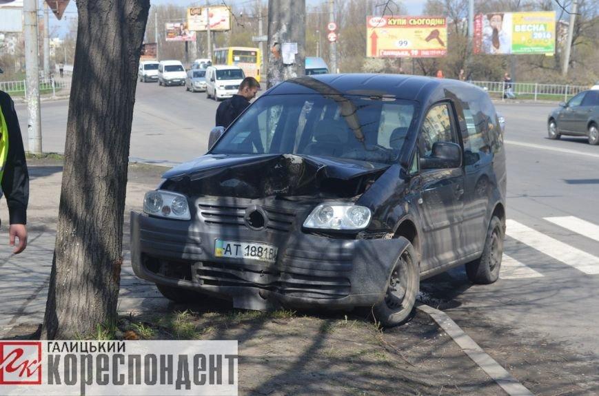 Уникаючи наїзду на велосипедиста, автомобіль заїхав у дерево. Фото (фото) - фото 3