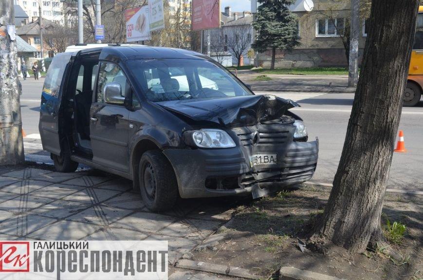 Уникаючи наїзду на велосипедиста, автомобіль заїхав у дерево (фото) - фото 1