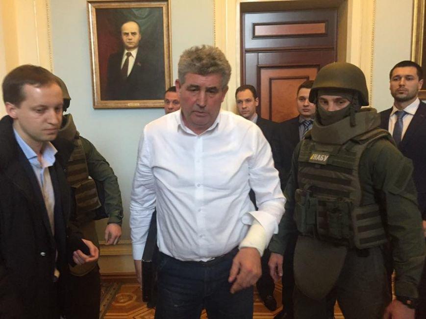 477906f1b317154ae77657d33c38e6f3 Фото дня: Одесского судью арестовывают в здании Парламента