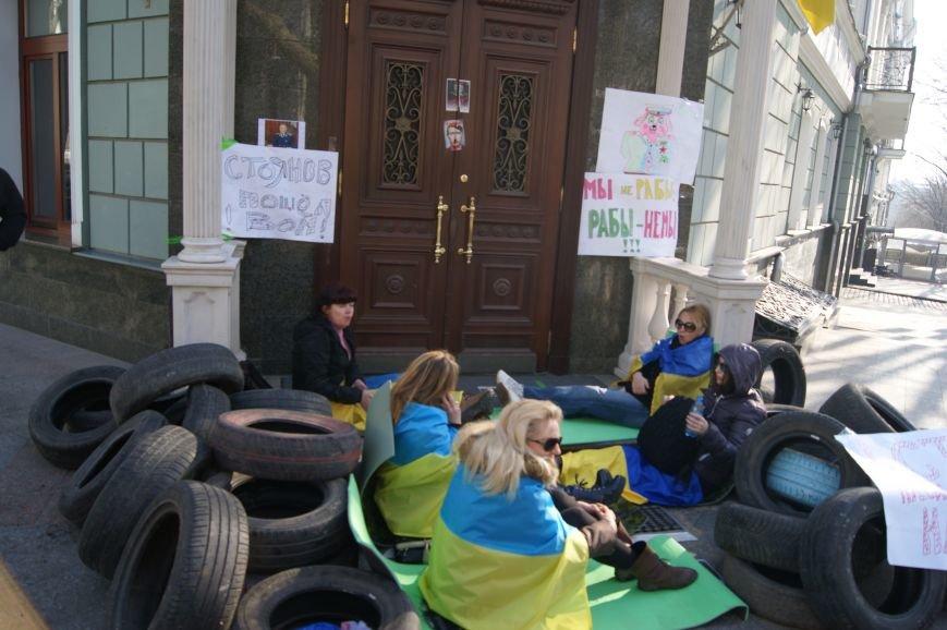 Третий день майдана: Прокуроры ходят по одесситам, чтобы попасть на работу (ФОТОРЕПОРТАЖ) (фото) - фото 1