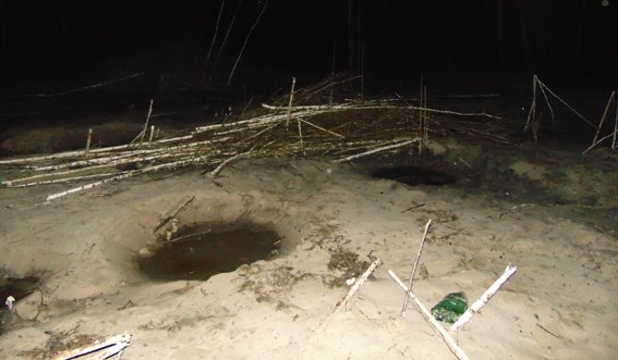В Коростенском районе во время добычи янтаря задержаны копатели-нелегалы (фото) - фото 1