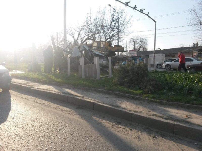 В Ростове после ДТП легковушку накрыло рекламным щитом (фото) - фото 1