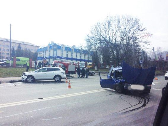 У Рівному в результаті зіткнення двох автомобілів — троє потерпілих  (ФОТО) (фото) - фото 2