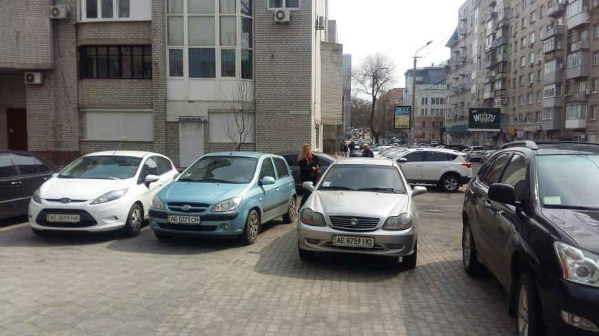 На улице Фурманова в Днепропетровске грузовик полностью перегородил тротуар (ФОТО) (фото) - фото 5