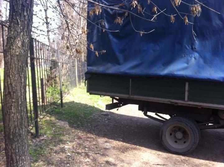 На улице Фурманова в Днепропетровске грузовик полностью перегородил тротуар (ФОТО) (фото) - фото 1