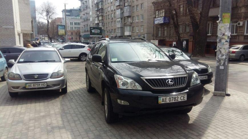 На улице Фурманова в Днепропетровске грузовик полностью перегородил тротуар (ФОТО) (фото) - фото 6