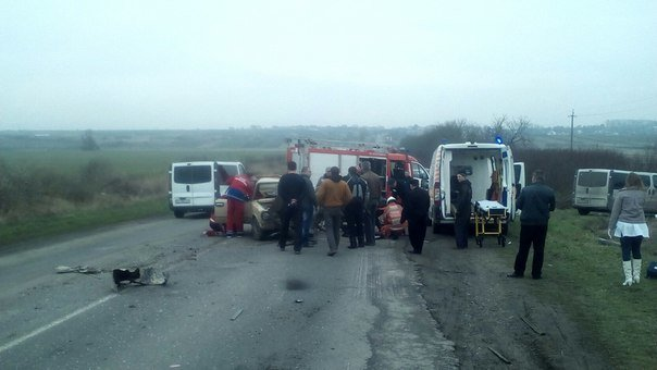 На Львівщині сталася жахлива ДТП: очевидці опублікували перші фото з місця події (ФОТО) (фото) - фото 1
