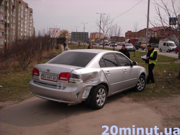 У Тернополі водій таксі в'їхав у KIA. Автомобіль викинуло на тротуар (фото) - фото 1