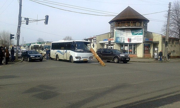 У Черкасах колода з лісовоза влетіла у лобове скло маршрутки (ФОТО) (фото) - фото 1