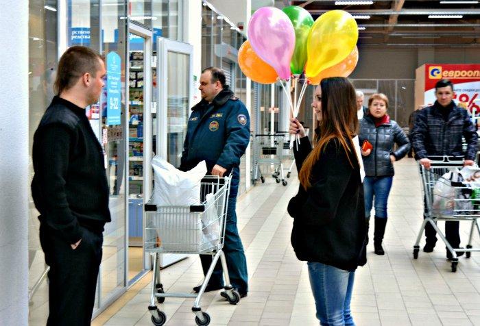 Как в Новополоцке прошла акция разноцветного настроения: смущение, улыбки и удивление, фото-12