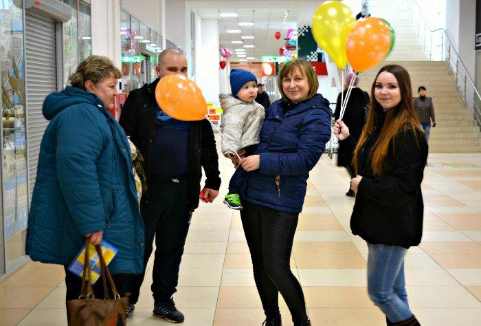 Как в Новополоцке прошла акция разноцветного настроения: смущение, улыбки и удивление, фото-15