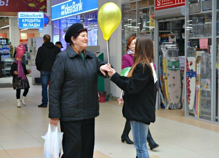 Как в Новополоцке прошла акция разноцветного настроения: смущение, улыбки и удивление, фото-17